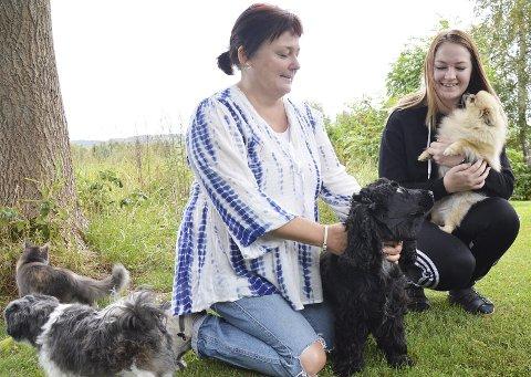 HUNDEPLEIE: Anita og Martine Engen er vant til hunder. Nå åpner Anita snart Hadeland Hundepleie.