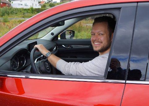 TESTKLAR: Vår biltester for anledningen, Inge Alexander Gjestvang,fant seg fort til rette i førersetet på nye Mazda CX-5.