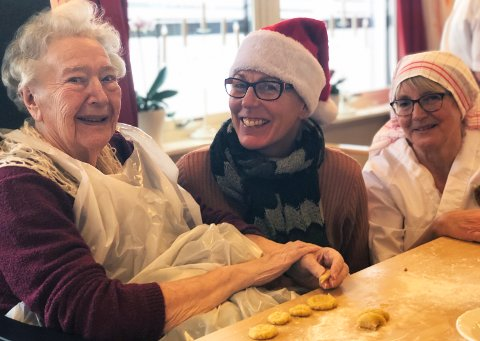 LÆRER BORT: Margit Haugen (fra venstre) har bakt serinakaker mange ganger før og forklarer Ylva Østerstrøm og Bjørg Lote hvordan det skal gjøres.