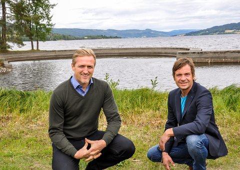 HER KOMMER SCENA: Hotelldirektør Kjetil Myrengen og restaurantsjef Eystein Hagen prøver ut den nye konsertarenaen ved vannkanten.