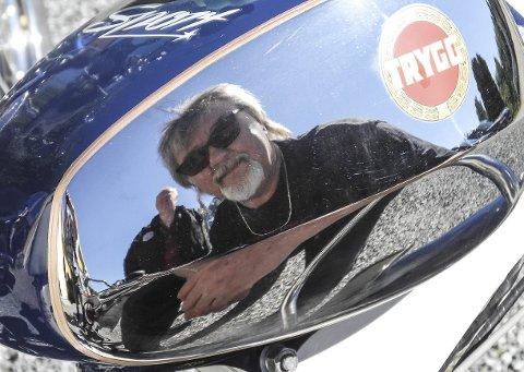 VETERANER: Thor Eilertsen kan speile seg i glansen i en restaurert moped. Han er sammen med kamerat Kjell Ivar Nythe i bakgrunnen medlem av veteranklubben GrensePeden i Halden.