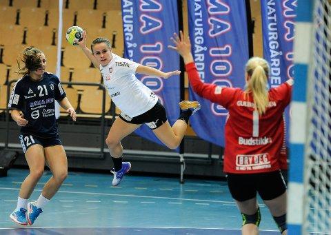 Miriann Sæther i aksjon for Halden mot Stabæk i Nadderud Arena søndag kveld.