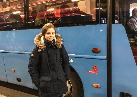 VLI BEHOLDE BUSSEN: Sandra Elise Lexander håper at direktebussen mellom Halden og Fredrikstad består etter at Østfold kollektivtrafikk har gjennomgått busstilbudet i Østfold. – Det er mange Halden-elever som bruker den bussen for å komme seg til og fra skolen, sier hun.
