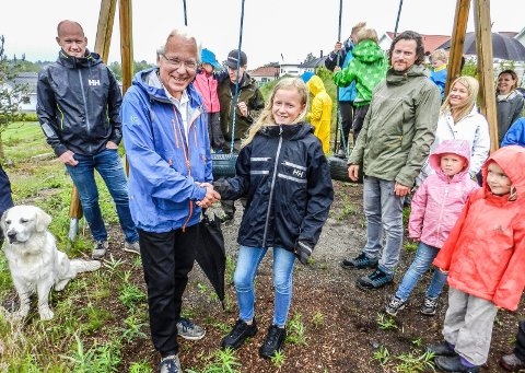 TAKKER: På vegne av små og store takker 11 år gamle Hedda Mjølnerød Kjell Hagen i Sparebank1stiftelsen for pengene.