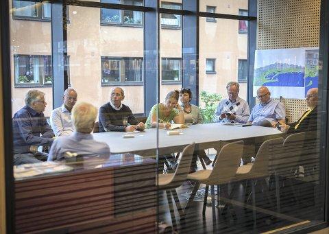 SAMLET POLITIKERNE: Inne på et grupperom på biblioteket fikk politikerne høre om planene til «Folkeaksjonen for jernbanefri strandsone». Foto: Jo E. Brenden