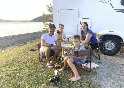 MJØSIDYLL: Robert Lauc har funnet en perle i første stopp på Norgesferien. Her er han sammen med barna Mia og Luka, og kona Janine. Foto: Jo E. Brenden