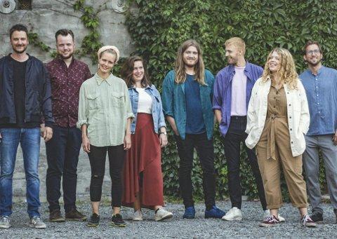 KONSERT: Fredag blir det konsert på hjemmebane for MEER. Fra venstre Morten Strypet (bass), Ole Gjøstøl (piano), Åsa Ree (fiolin), Ingvild Nordstoga Eide (bratsj), Eivind Strømstad (gitar), Knut Kippersund Nesdal (vokal), Johanne Margrethe Kippersund Nesdal (vokal), Mats Lillehaug (trommer)