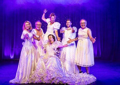 NY RUNDE: Det loves morsomheter og «godsinna sleivspark» på Hamarrevyen også i år. Premiere er 3. november og det spilles i alt åtte forestillinger. Gjengen tror og håper at de skal kunne fylle Hamar Teater hver gang selv om det åpnes for mer enn 100 tilskuere.