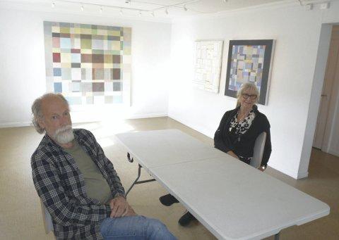 TILBAKE: Bjørn Terje Nygaard hadde i 1986 utstilling i bygget som nå huser Hamar Kunstforening og lørdag åpner hans nye utstilling der. Berit Midtskogen i utstillingskomiteen er veldig glad for å få Nygaard i hus og mener han har fått ufortjent lite annerkjennelse for kunsten sin.