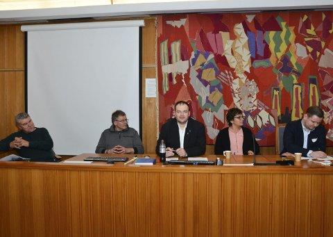 Møter publikum: Fra det første folkemøtet i Odda 15. mars. Ordfører Roald Aga Haug (i midten) og de andre medlemmene av styringsgruppa er klar for nye møter med kommunens innbyggere. – Vi inviterer oddingene til å si sin mening om kommunereformprosessen, sier Aga Haug.