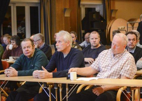 Mannsterkt: Salen var fullsett då Hardangervidda villreinområde hadde haustmøte i Eidfjord laurdag. Johan Vaa (t.v.) varsla at dei fleste deltakarane ville vera mot ei høg jaktkvote i åra som kjem.
