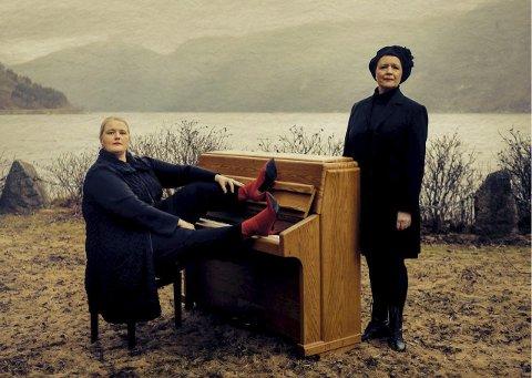 RIT: Inger-Kristine Riber og Reidun Horvei har djupdykka i  Olav H. Hauge si draumeverd. No dreg dei på turné. Foto: Oddleiv Apneseth