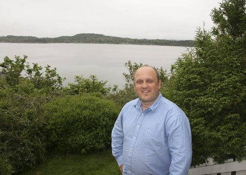 HJEMME: Jens Inge Egeland i hagen hjemme i Kopervik, med utsikt mot Karmsundet. Snart tar han turen over havet igjen. – Jeg regner med å ta en ny tur til USA i juli, forteller han.