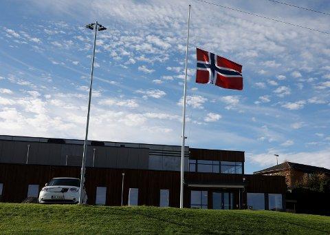 """I SORG: Bokn-samfunnet var i sorg etter forliset som kostet brødrene Arvid og Kurt Jøsang livet. Det ble  flagget på halv stang ved alle offentlige bygninger etter at fiskebåten """"Jøsenbuen"""" forliste. Her ved Bokn Arena."""