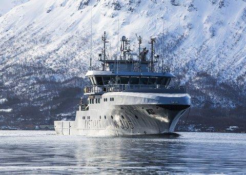 PATRULJERER: Det er kystvaktskipet «Magnus Lagabøte» som patruljerer i området rundt Vefsnfjorden i disse dager. Her fra et tidligere oppdrag. Foto: Mats Grimsæth/Forsvaret
