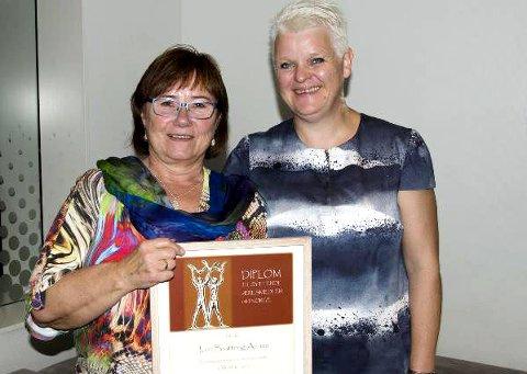 ÆRESMEDLEM: Stolt æresmedlem Jorit Bratteng Aanes (t.v.) mottok diplomet av generalsekretær Sølvi Egner-Kaupang.