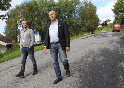 Snevegen: Ordfører Jann-Arne Løvdahl sier at det gror vel mye igjen mange steder i byen. Her vandrer han i Snevegen sammen med avdelingsleder Christer Amundsen.  Foto: Jon Steinar Linga