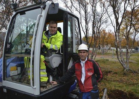 Tømrermester Rune Hoel (t.h.) har fått oppdraget med å bygge det nye uteområdet, og har leid inn sønnen Aleksander Hoel i 2TS Maskin for å gjøre grunnarbeidene.