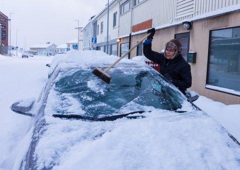 MYE SNØ: Det har dalt ned med snø den siste tiden i Finnmark. I Vadsø står Pimluck Chermarn å koster snø av bilen før hun skal på jobb.