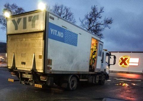 ÅPEN DØR: Even Pettersen (23) kom til åpen dør på jobb fredag morgen. Noen hadde spart han for rydding og stjelt søppelet.