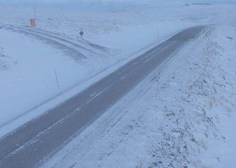 TRAFIKKPROBLEMER: Uværet holdt lørdag morgen veien fra Skarsvåg til Nordkapp stengt. Bildet er fra Nordkapp.