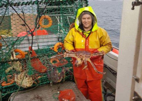 FLYTTER: Fisker Kjetil Arild flytter fra Alta til Honningsvåg for å kunne fiske kongekrabbe. På bildet er han på kongekrabbefiske  i Porsanger som mannskap på den båten han nå skal kjøpe.