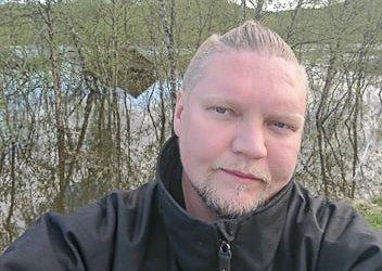 SKILT: - Savner du bilskiltet ditt, så kan det godt ligge her i Skoganvarre, sier Erling Solbakk Henriksen.