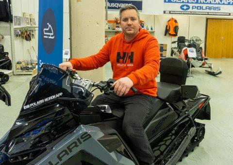 BRA SALG: Selv om løypene er stengt, har de solgt bra med scootere etter oppstarten. – Vi har vel solgt 6-7 scootere her, forteller Daniel Myhre.