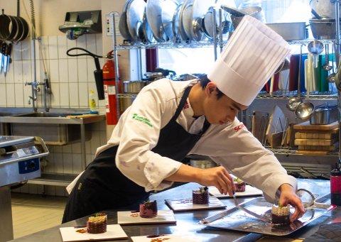 OSTEKAKE: Kevin Janbut (17) gjør klar ostekaken til servering.