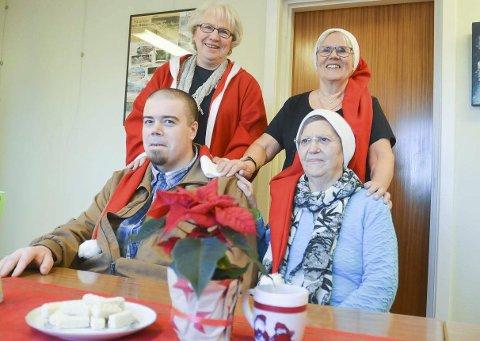 GLEDER ANDRE PÅ JULAFTEN: Inger Heggen Olsen (bak t.v.), Gerd Lie, Kåre Østby og Ann Ottesen (foran t.h.) er klare for julaften i Aurskog-Høland. Foto: Roger Ødegård