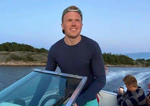 SKIPPER Dale ved rattet med yngstebror Erik som passasjer.