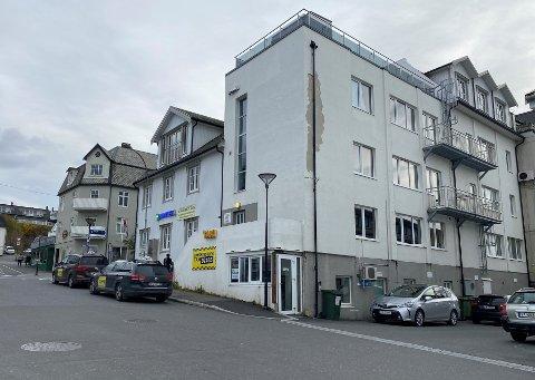 Næringslokalet som nå er til salgs ble oppført i 1973, og kjøpt av Sandnessjøen Taxisentral i 2012. Da ble lokalet ombygd til deres formål, og alle overflatene i det 49 kvadratmeter store lokalet ble pusset opp.