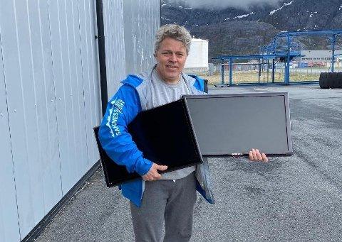 TAKKNEMMELIG: Jørn Helge Govassli henter ut flatskjermene hos Aker BP, som doneres til infotorget i sentrum.
