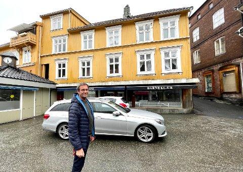 VIL BYGGE OG RENOVERE: Arne Nossen har store planer og ønsker for Gofjeldgården. Han håper de omfattende planene kan bidra til å forskjønne Torvet.