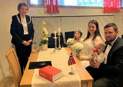 ANNERLEDES VIELSE: Heidi Myrann Brokjøb (34) og Kim Roar Myrann (35) giftet seg på rådhuset fredag 27. mars, midt i korona-krisen. – Ekstra minnerik dag, sier de to. Fra venstre: Ordfører Kari Anne Sand, Amalie Stenbek Myrann (9), Heidi Myrann Brokjøb, Krispinus Myrann Brokjøb ( 11 mnd.) og Kim Roar Myrann.