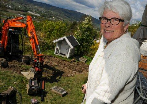 FJERNES: Gravsteinen som ligger på bakken i hagen har fungert som trappetrinn i alle de årene Tom og Liv Gulbrandsen har bodd i Reistadlia. – Det skal bli greit å få den vekk, sier Liv.