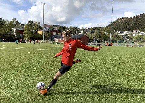 Sikter seg inn på proffkontrakt: Anja Avdal håper hun kan spille seg til en proffkontrakt i Arna/Bjørnar. Foreløpig har 21-åringen amatørkontrakt ut året i Bergensklubben.
