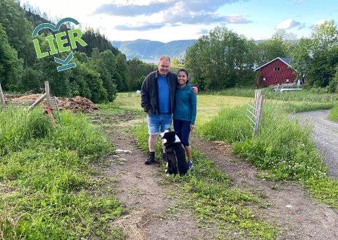 Drømmestedet: Dag Tore, Wanruedi Ninnon og hunden Stallo kunne ikke tenke seg et bedre sted å bo enn  på gården ved Holsfjorden.