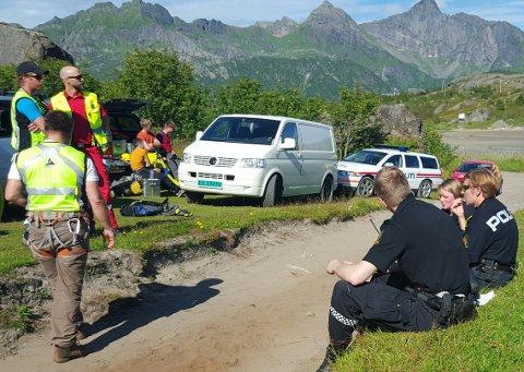 Politi og redningspersonell venter på at Seakingen skal melde om de trenger bistand for å få ut klatrerne.