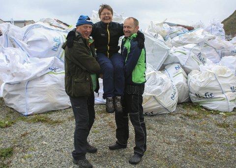 Strandrydderen: June Grønseth flankert av samboer Kyrre Pettersen t.v. og Kjell Olsen. Bildet er tatt fra ryddeaksjon på Værøy, der det ble samlet inn 140 m3 med avfall. Foto: Privat