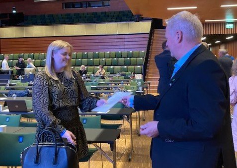 UNDERSKRIFTER: Jan Kristensen overrekker lista med 111 underskrifter fra ordførere som protesterer mot vindkraftutbygging på land til olje- og eneregiminister Tina Bru.