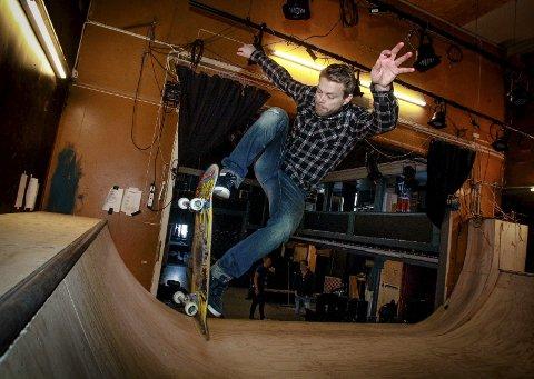 Svever høyt: Andre Simonsen er tildelt Kulturprisen 2016 i Vestby for innsatsen han har nedlagt for skatere, scootere og bmx'ere. Her er han i gang på rampa på Teten. Foto: Terje Holm