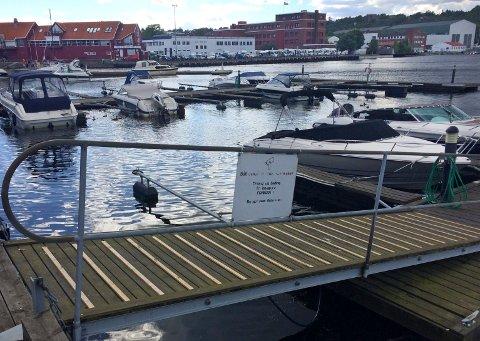 FISKING FORBUDT: Bryggeeier kan forby fiske og opphold på private brygger, som her, på Bryggekanten midt i Moss sentrum. Men ikke i strandsonen ved siden av.