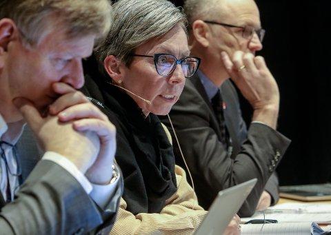 Vanskelig: - Jeg tror vi skal finne en løsning sammen med fylkesmannen, sier ordfører Hanne Tollerud. Til v. rådmann Hans Reidar Ness og til h. varaordfører Tor Petter Ekroll.