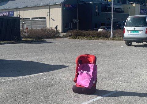 GJENGLEMT: Mandag sto en rød Ferrari barnestol ensom på parkeringsplassen mellom Namdalshagen og Bohus.