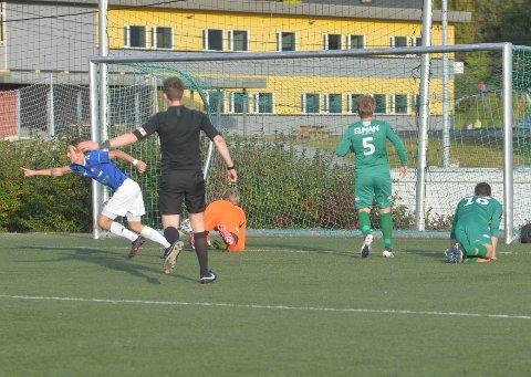 HER FALLER AVGJØRELSEN: Jesper Andreassen setter inn 3-2-målet mot Verdal på overtid og sikret Namsos tre poeng mot topplaget Verdal.