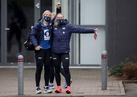 Heidi Løke og Malin Aune med munnbind er på vei til trening onsdag.