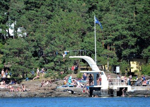 HETT: Torsdag skal det bli skikkelig hett i Oslo, da kan det være godt å kjøle seg ned, som mange gjorde her på Sydenstranda på Ulvøya i fjor.
