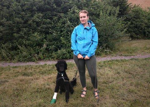 KLAR OPPFORDRING: – Rydd opp etter dere! Og ikke ta med glass i marka, sier Marta Valentinsen (27) etter at hunden Remus skadet seg på glasskår ved Ulsrudvannet.