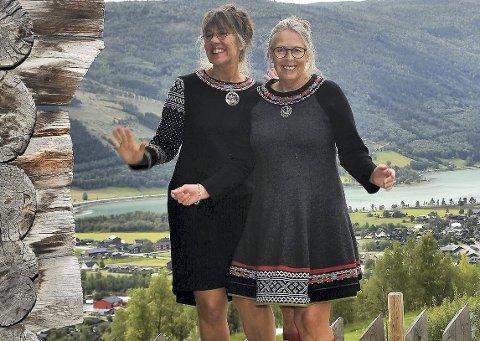 Med utsikt over Vågåmo: Hanne Stenstad og Karin Mertz Pladsen syr parlause kjolar, det vil si; ingen er lik. Her er dei avbilda på bruket i Øygardom med flott utsikt over Vågåmo. Foto: Privat